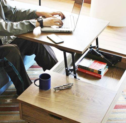 journal standard Furnitureの『PSF LIFTING TABLE』を使用している男性