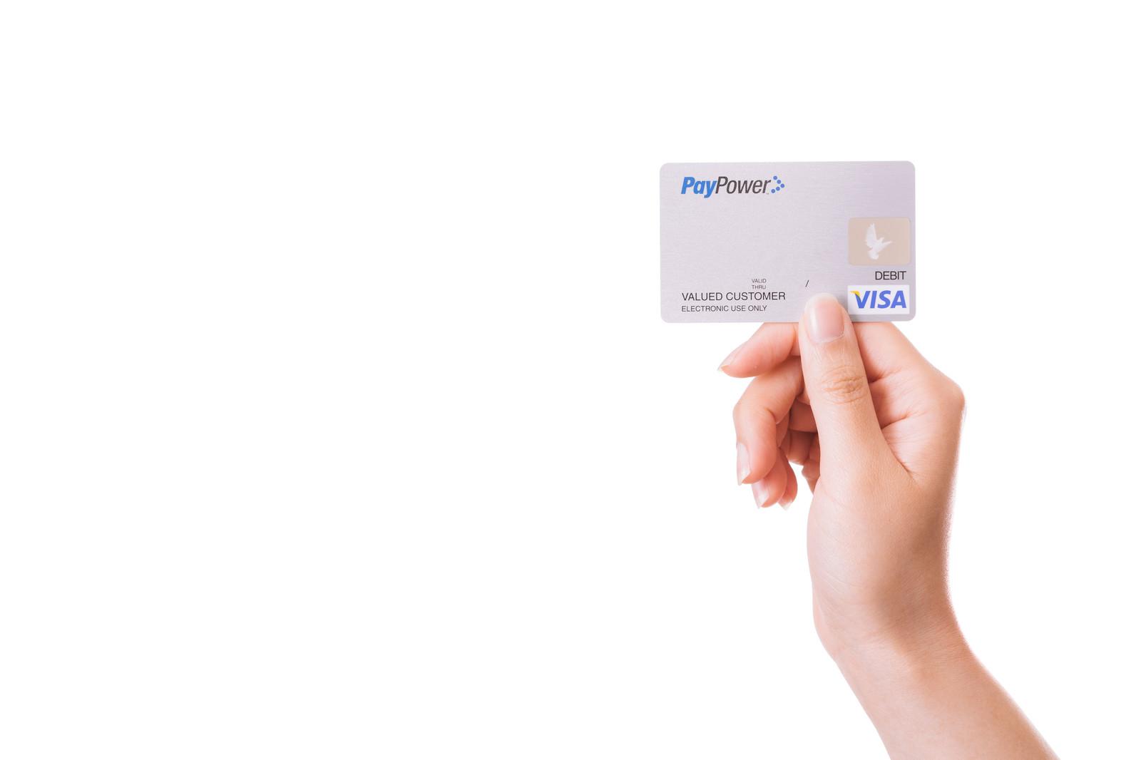 クレジットカードを提示している画像