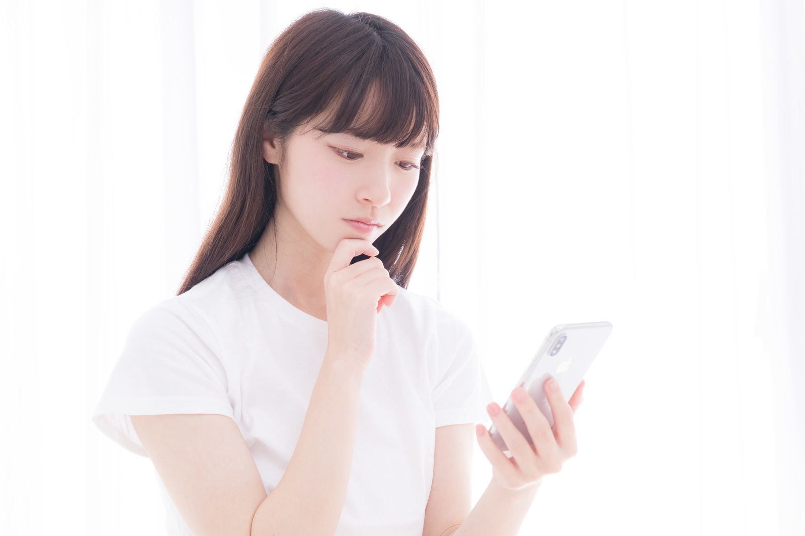 CLASとSubsclifeの仕組みをスマホで調べる女性
