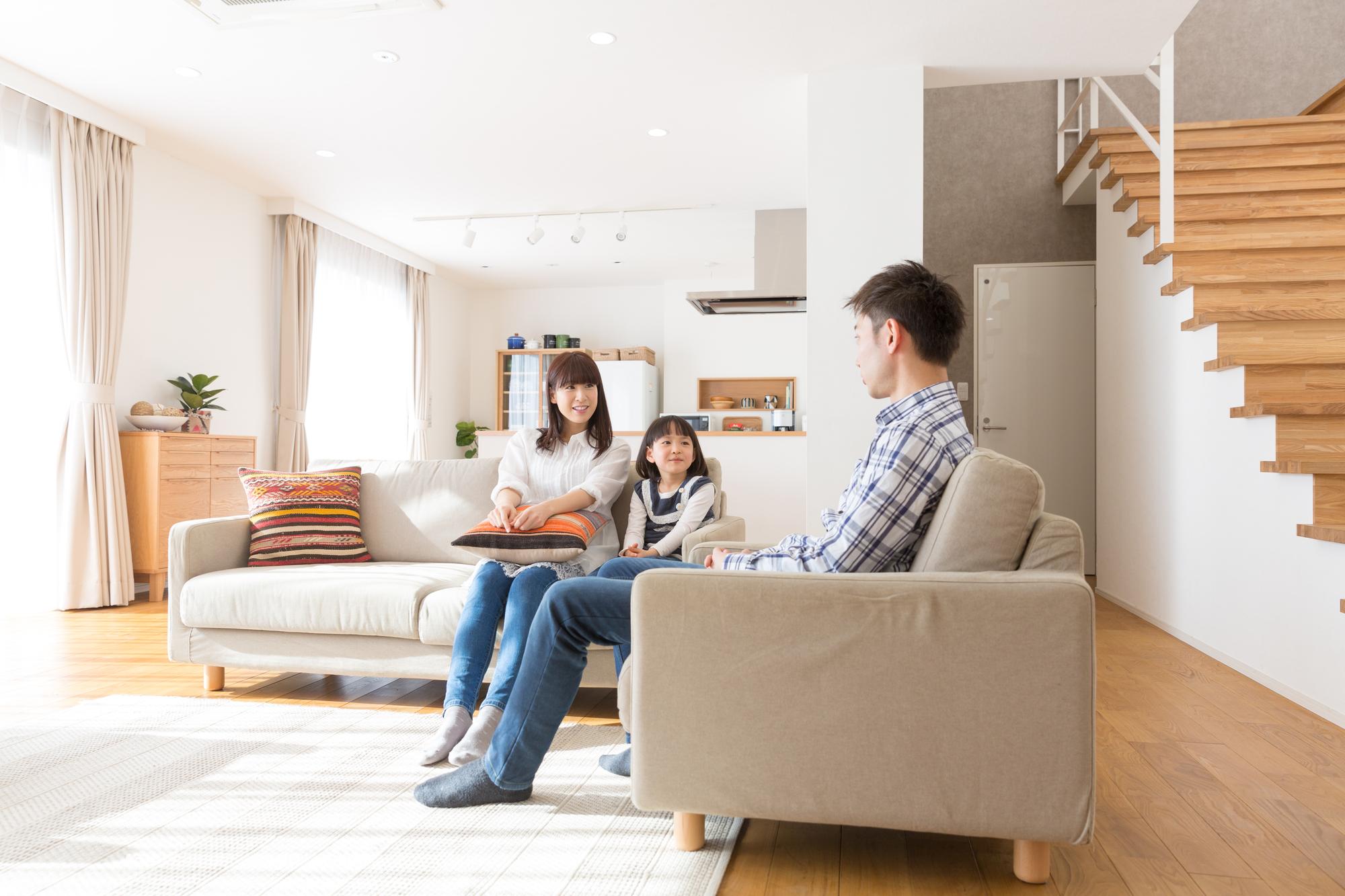 サブスクライフのおしゃれ家具でくつろぐ家族