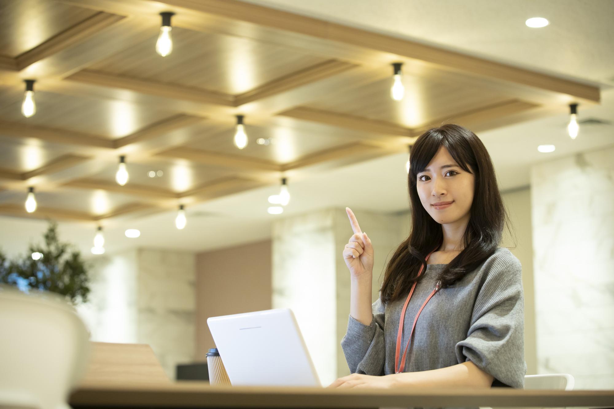オフィス家具を利用するメリットを示す女性