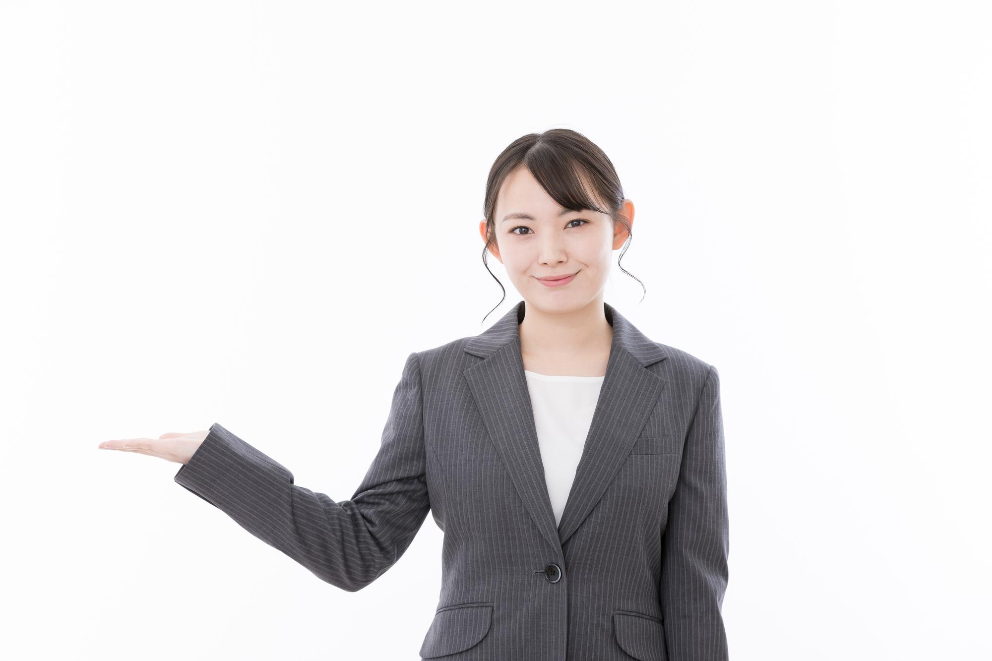 新居や新築の家具選びに便利なサブスクライフを紹介する女性