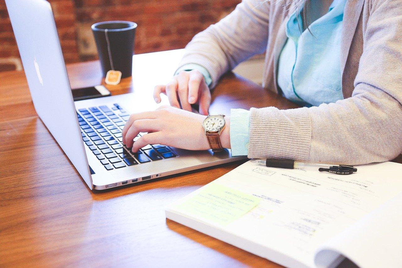 サブスクライフにパソコンから依頼する社長の画像