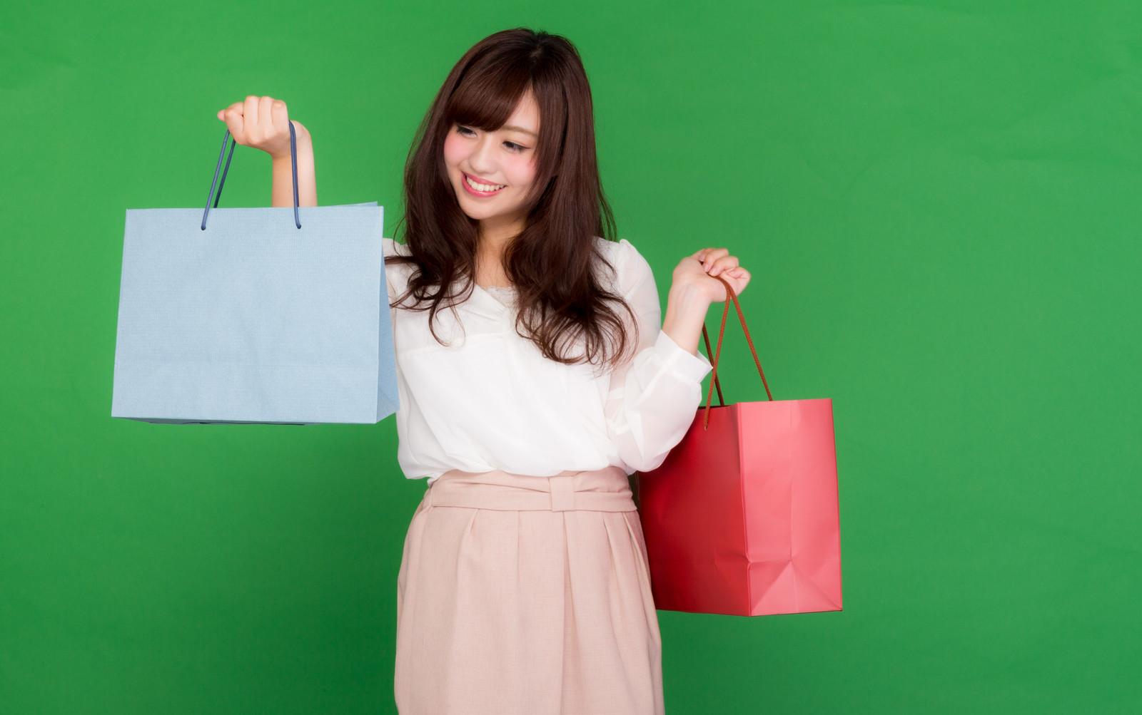 スーパーの安売りセールで戦利品を得て喜ぶ女性