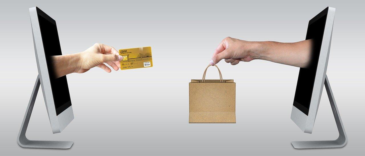 クレジットカード払いで商品を購入する画像