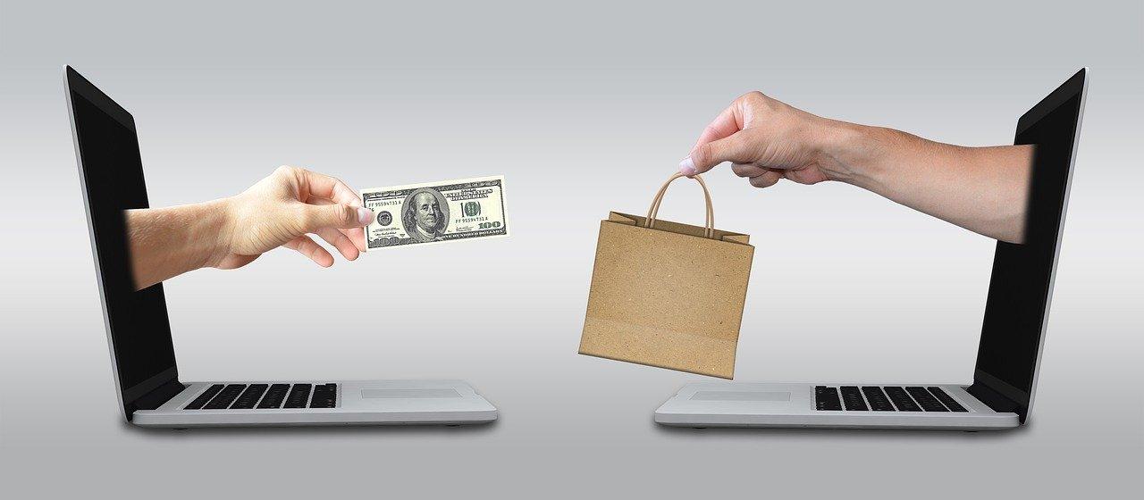 お金を出して商品を購入している画像