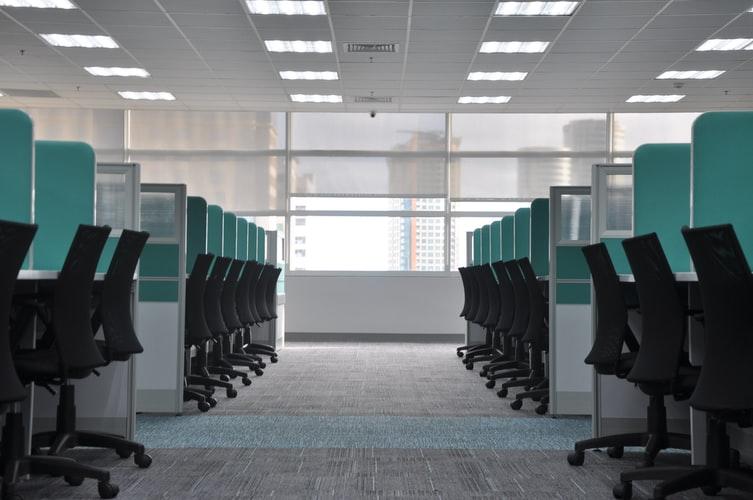 椅子とデスクがきれいに並んだオフィスの画像