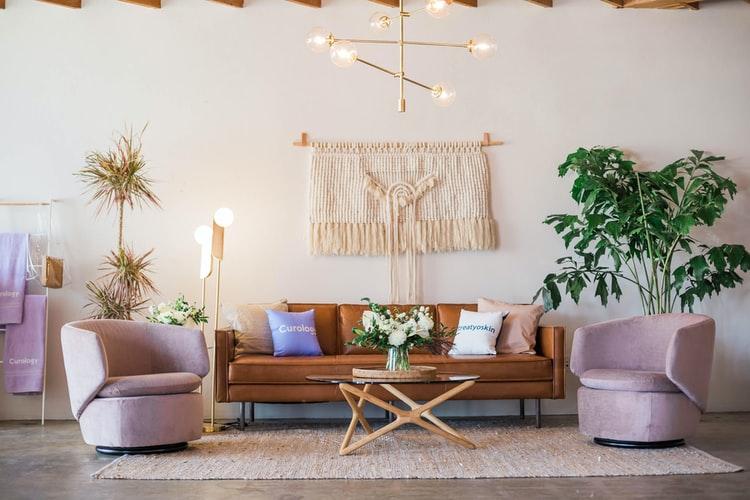 おしゃれ家具が置かれた素敵な部屋の画像