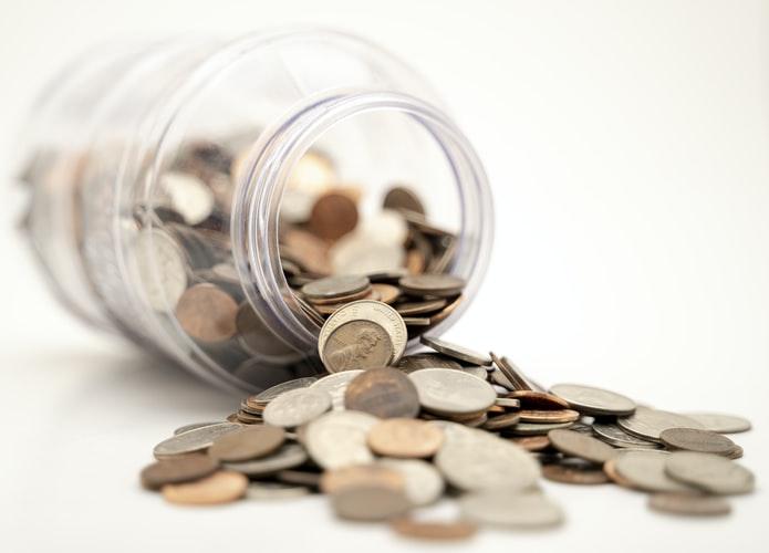 透明の人から転び出るお金の画像