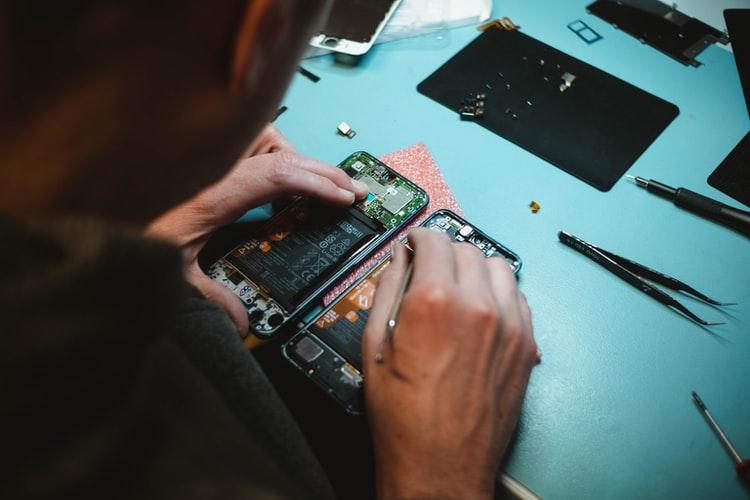 機械を修理する男性