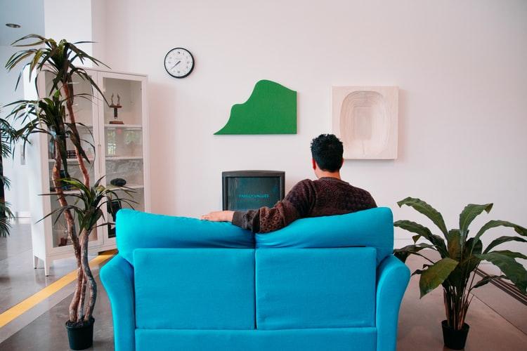 レンタルしたおしゃれなソファに座る男性