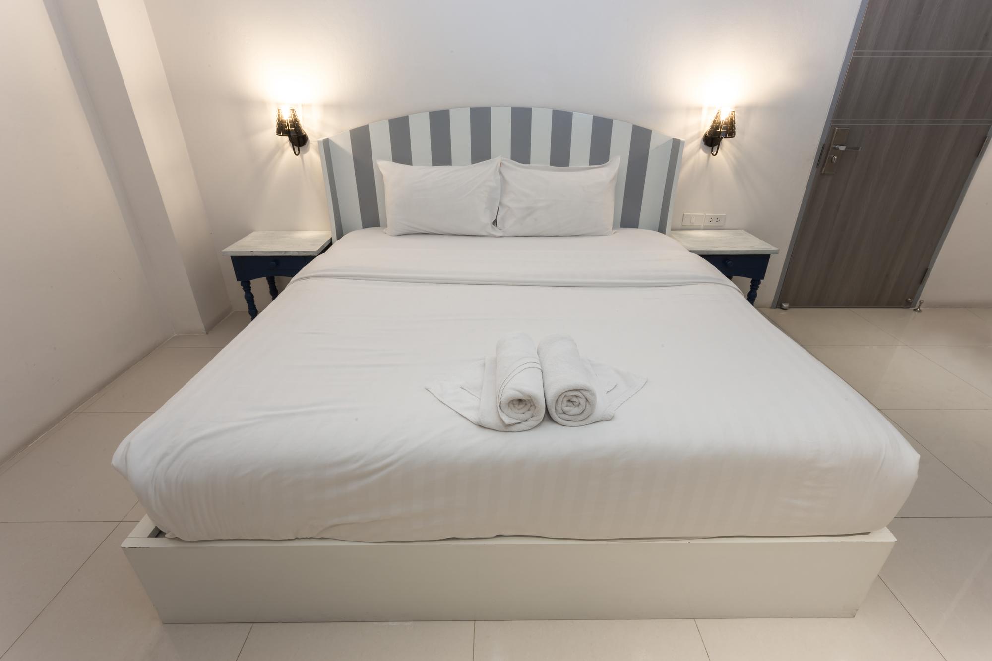 おしゃれなダブルサイズのベッドとマットレス