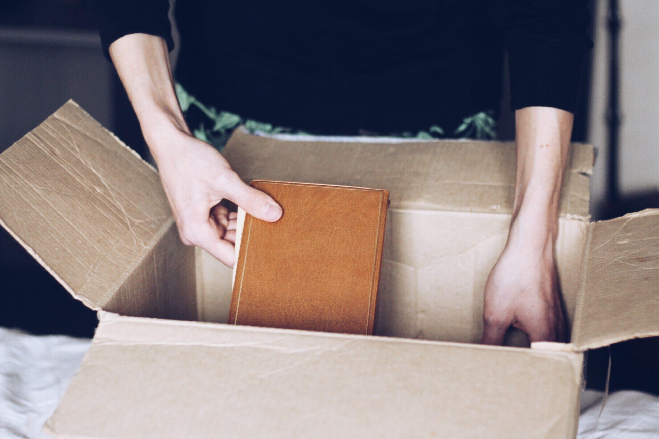 新生活で利用する荷物を段ボールに詰める画像