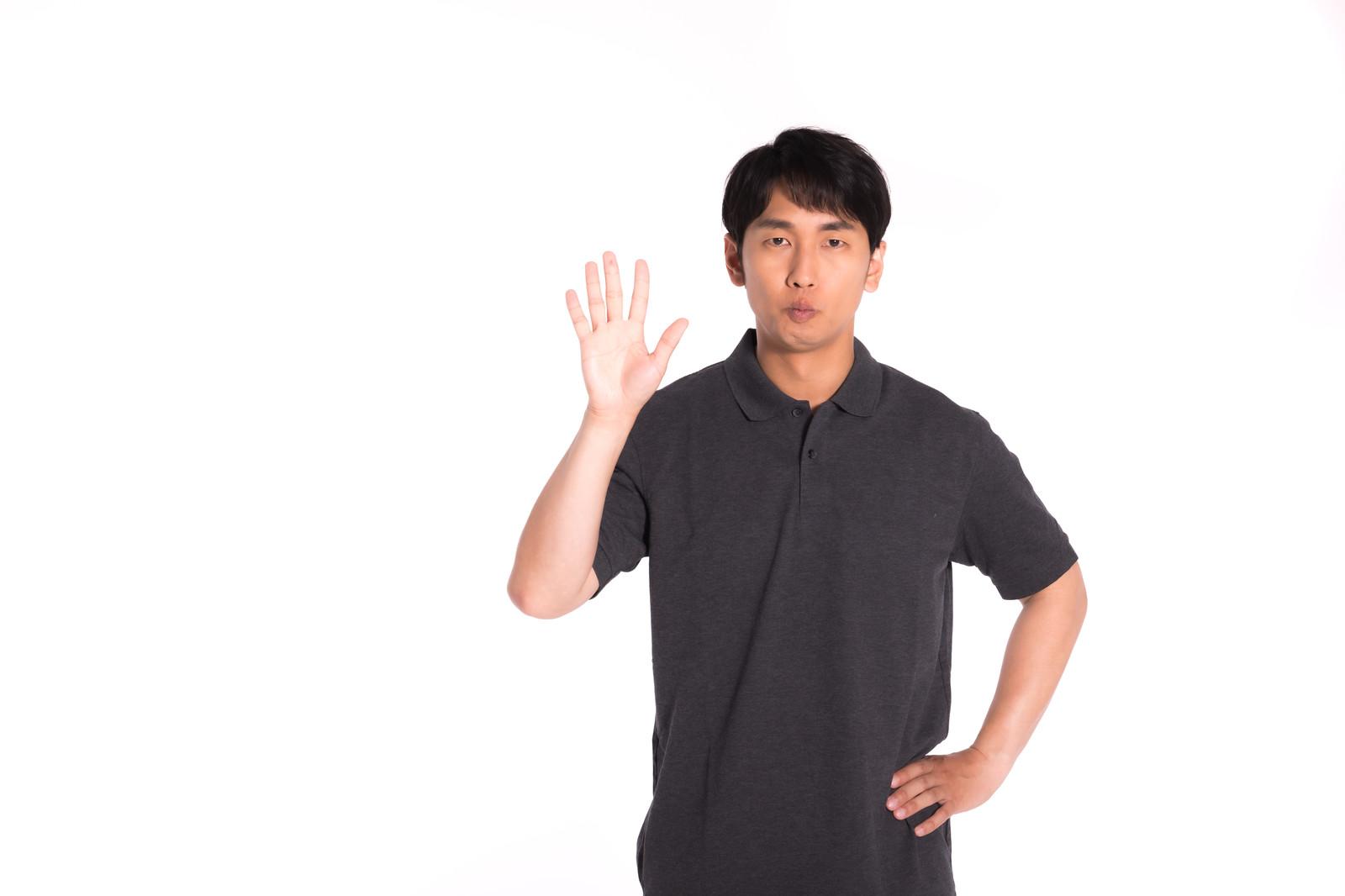 共通点は5つだと5本指を立てる男性