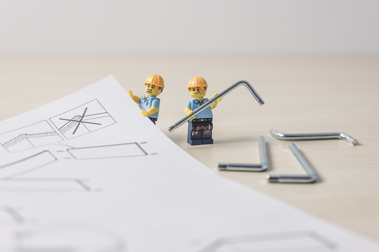人形がairRoomの家具を組み立てている画像