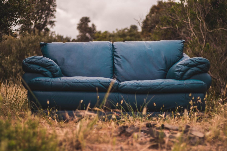 使い込まれた中古のソファ