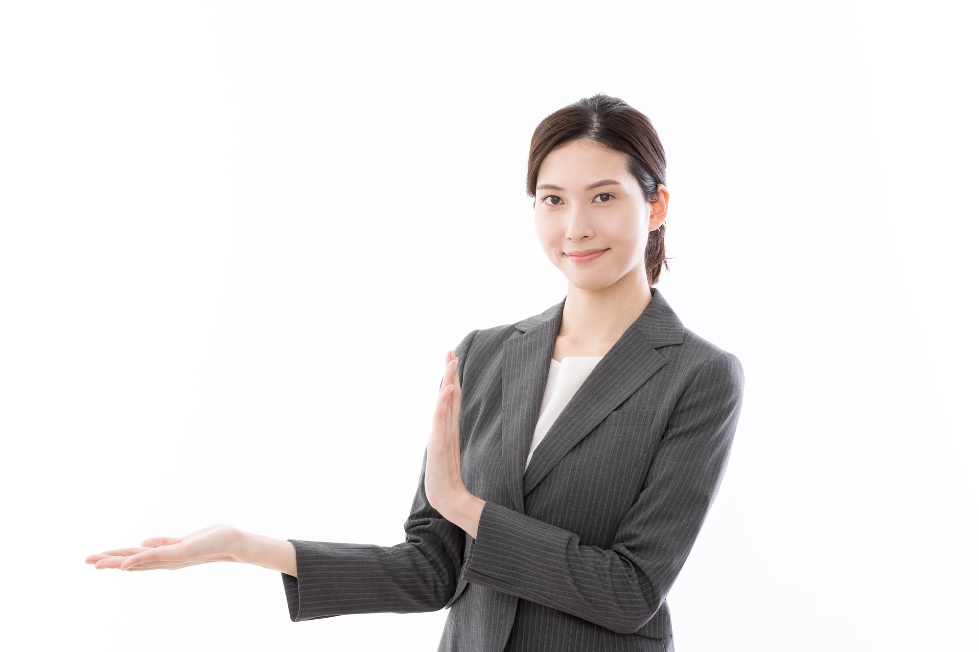 模様替えでCLASを利用するメリットを紹介する女性