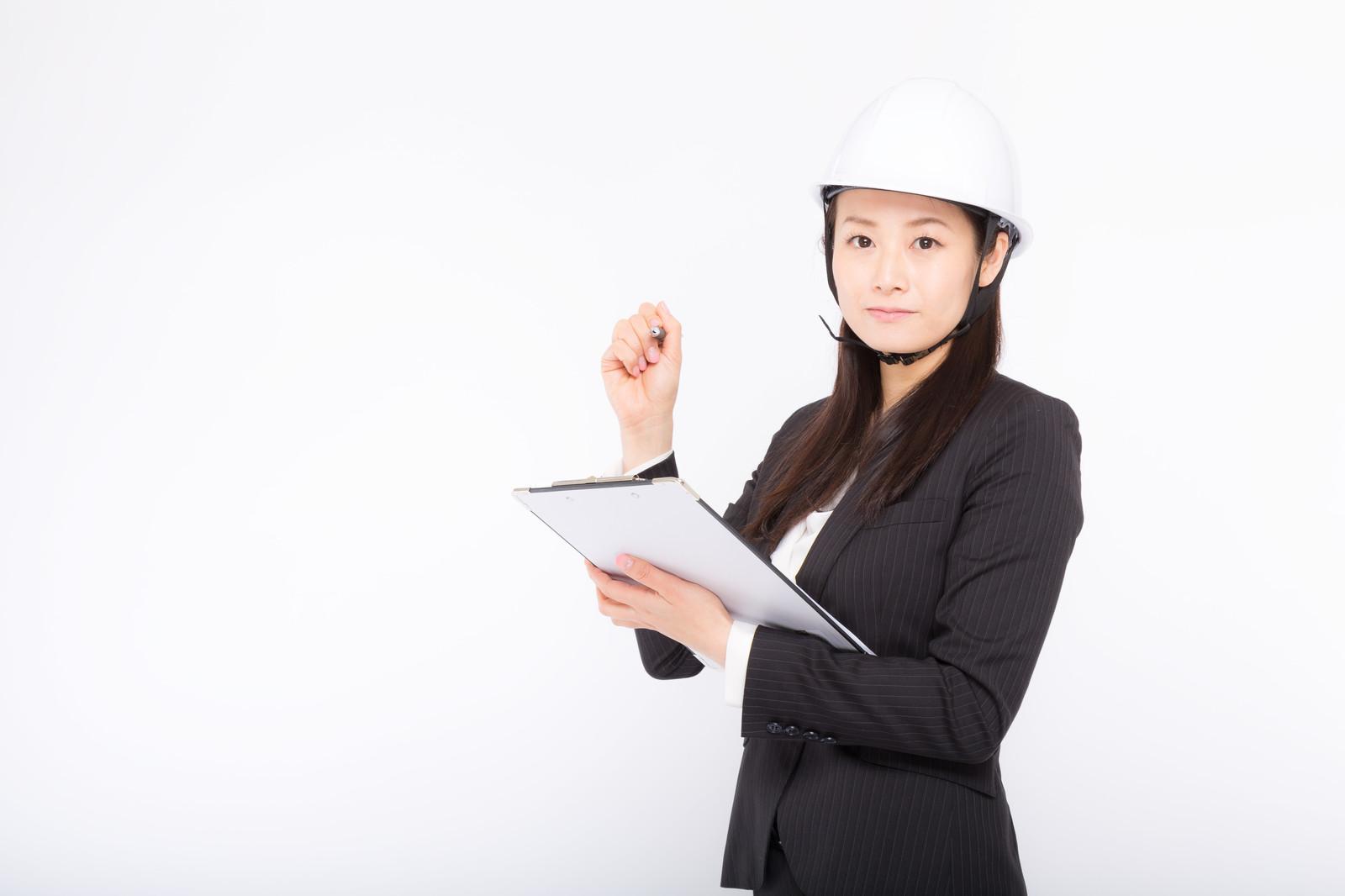 家具や家電の品質をチェックする女性
